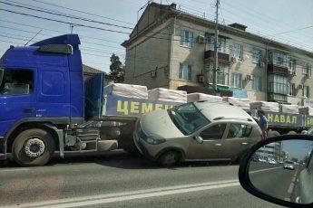 грузовик смял иномарку